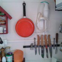 Organização na cozinha: temperos, mantimentos e apetrechos.
